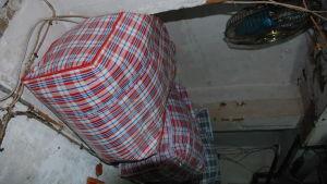 Invånarnas ägodelar ryms inte in i bostäderna. I stället sätter de dem i påsar som hänger från taket..