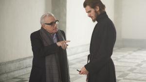 Martin Scorsese regisserar Andrew Garfield klädd i prästkåpa.