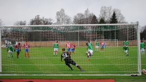EIF:s Etchu Tabe skjuter bollen i mål från straffpunkten.