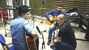 Ben Bergman och Håkan Omars spelar gitarr, i bilden syns också teknikern Pasi Keho-Valkama