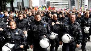 Tysk polis deltar i fredlig marsch i Hamburg