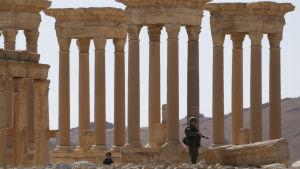 Ryska soldater på vakt vid Tertrapylonporten ifjol våras då jihadisterna hade drivits ut från Palmyra