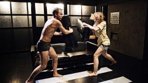 Viktor Idman och Jessica Raita i Lucky på Teater Viirus.