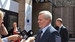 Finansminister Antti Rinne intervjuas av finländska medier före eurogruppsmötet i Bryssel 7.7.2014.