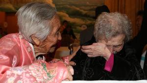 En 87-årig sydkoreansk kvinna (t.h.) träffar sin 84-åriga syster under en återförening i Nordkorea i februari 2014.
