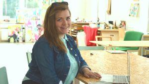 Emilia Nyberg i sitt arbetsutrymme.
