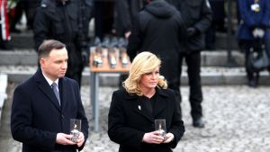 Polens president Andrzej Duda (vänster) och Kroatiens president Kolinda Grabar-Kitarović tänder ljus vid lägren i Auschwitz.