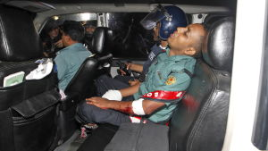 Polis skottskadad under gisslandrama i Bangladesh i juli 2016.
