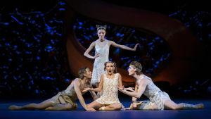 scen ur Jorma Elos balett En midsommarnattsdröm.