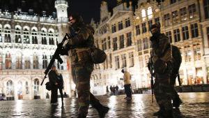 Soldater patrullerar Grand Place i centrum av Bryssel den 23 november 2015.