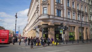 Pietarin Stockmann tavaratalo. Ihmisiä Stockmannin tavaratalon edustalla.