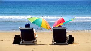 Ett par på en solig strand.