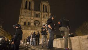 Tungt beväpnad polis patrullerar vid Notre Dame.
