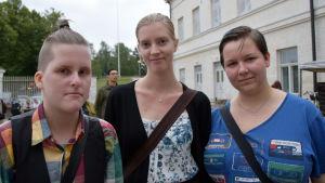 Tre unga kvinnor.