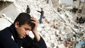 En pojke sörjer sina anhöriga och vänner som dödades i en flygattack i Al-Bab. Över hälften av stadens invånare har flytt undan häftiga strider