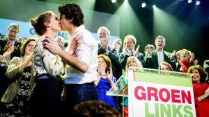 Partiledearen för Groen Links, Jesse Klaver, kysser sin hustru efter braksegern i valet.
