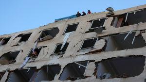 Stora skador på polishögkvarteret i Diyarbakir i sydöstra Turkiet efter ett bombdåd.