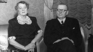 Pääministeri Juho Kusti Paasikivi 75 vuotta. Vasemmalla rouva Alli Paasikivi.