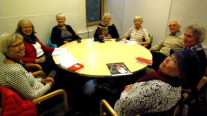 Bokcirkeln Läslampan samlad på biblioteket i Kyrkslätt.