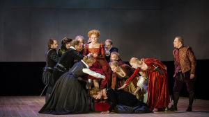 Scenbild ur Maria Stuart på Dramaten, hösten 2015.