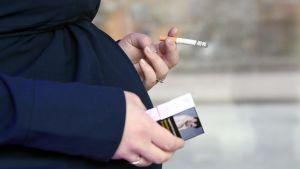 Gravida kvinnor i Finland röker oftare än i övriga Norden trots att riskerna är kända.