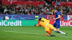 Leicesters Jamie Vardy sätter bollen bakom Sergio Rico i Sevilla-målet.