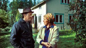 Rintamäkeläiset-sarjan näyttelijöitä: Veijo Pasanen (roolinimi Antti Rintamäki) ja Sirkka Lehto (roolinimi Leena Rintamäki).