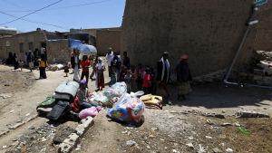Jemeniter i Sanaa har packat ihop sina saker för att flytta till en säkrare plats.