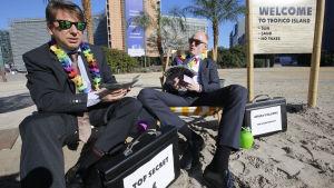 Aktivister från medborgarorganisationerna Oxfam och Transparency International kritiserade EU-kommissionens förslag utanför kommissionens huvudkvarter i Bryssel den 12 april 2016.