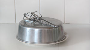 Vispar och kakform på en tallrik.