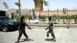 Soldater i Afghanistan vid flygplatsen i Kabul efter en talibanattack.