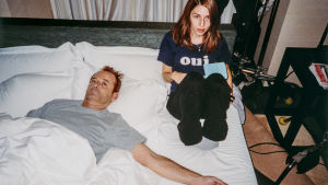 Sofia Coppola ohjaa Bill Murray'a elokuvassa Lost in Translation. Kuva tv-dokumentista Olipa kerran... Lost in Translation.