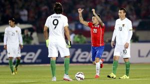 Charles Aranguiz firar mål mot Bolivia.