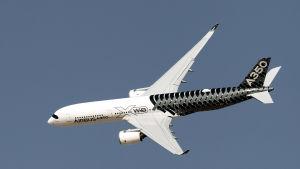 En Airbus A350 under en flyguppvisning i Dubai år 2015. Det är tillsvidare oklart vilken typ av plan i Airbusfamiljen som Iran vill köpa