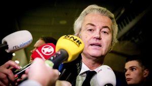 Geert Wilders talar med journalister efter att han tvingats erkänna sig besegrad i valet.