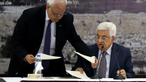 Palestinierpresidenten Mahmoud Abbas undertecknar stadgan för Internationella brottmålsdomstolen.