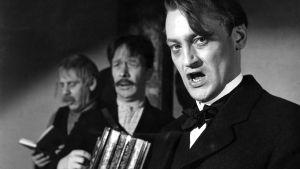Agitaattori Puntarpää (Jussi Jurkka), Raatari-Kalle (Kaarlo Wilska) ja suutari Raappala (Pentti Irjala) esiintyvät (1959).