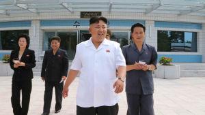 Kim Yo-jong (längst till vänster) är Kim Jong-uns lillasyster.