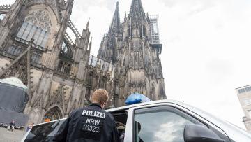 Tusentals poliser övervakar en protest för Edogn i Köln.