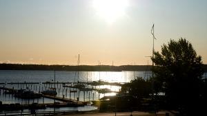 Aurinko laskee Ahvenanmaalla.