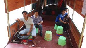 Tjänstemannen Shi (andra till vänster) på väg till den främsta sevärdheten i trakten. Båtfärden kostade 30 euro.