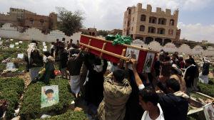 Huthianhängare begraver en dödad huthikrigare i Sanaa, Jemen på söndagen 10.4.2016
