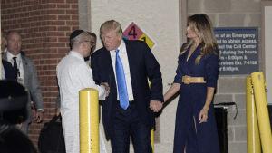 USA:s president Donald Trump besöker sjukhuset efter attacken i Alexandria.
