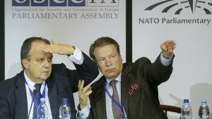Joao Soares och Ilkka Kanerva från OSSE under en presskonferens i Kiev den 26 maj 2014