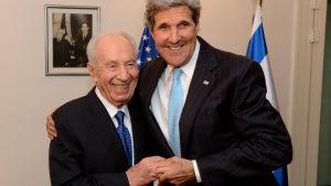 Shimon Peres och John Kerry.