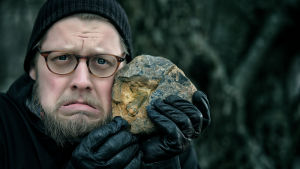 toimittaja Markku Sipi ja vanha fossiili