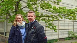 Sabina Öhman (Sveps) och Mikael Nyholm (Norsen) poserar i Morgonöppets trädgård.