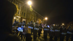 Poliser i kravallutrustning på en gata i Baltimore den 30 april 2015.