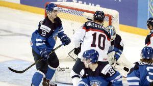 Vili Saarijärvi håller rent framför det egna målet.