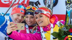 Kaisa Mäkäräinen tog andraplatsen. Dorothea Wierer (i mitten) vann och Gabrielan Soukalova slutade trea.